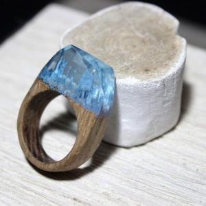 Фото голубое кольцо из дерева