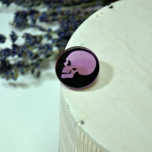 Фото Брошь череп фиолетовый