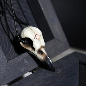 Фото Кулон Череп вороны с символом солнца