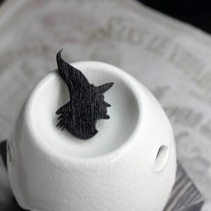 Фото Брошка ведьма в остроконечной шляпе