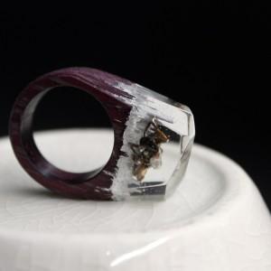 Фото кольцо  из эпоксидной смолы и дерева