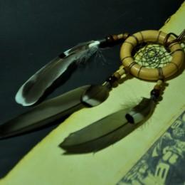 Фото Маленький ловец снов серый с перьями дикой утки