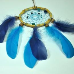 Фото Красивый ловец снов с синими перьями