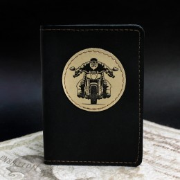Фото Чёрная обложка на паспорт Байкер на мотоцикле