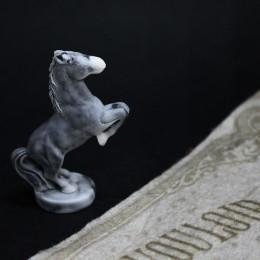 Фото Маленькая фигурка Лошадь на дыбах