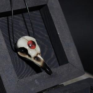 Фото Кулон Череп вороны с красным глазом