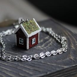 Фото кулон домик с крышей покрытой мхом