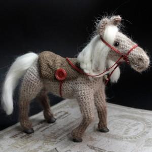 Фото Игрушка вязаная лошадка Латте