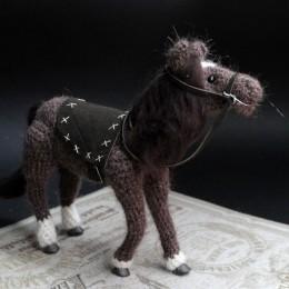 Фото Игрушка вязаная лошадка Шоколадка