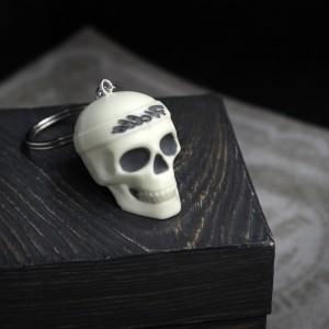 Фото череп с повязкой Hello - брелок для ключей