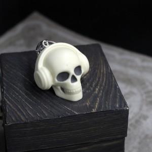 Фото череп в наушниках - брелок для ключей