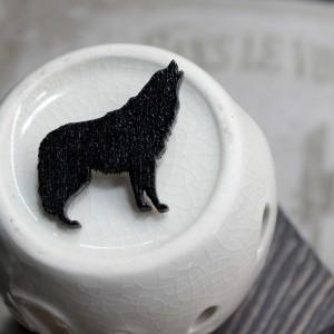 Фото Брошка чёрная Волк воющий