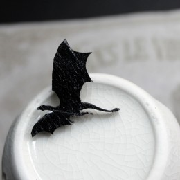 Фото Брошка чёрная Дракон летящий