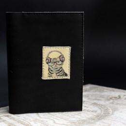Фото Обложка на документы Кот в наушниках натуральная кожа