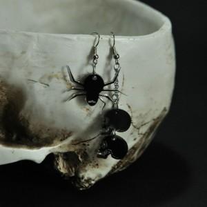 Фото Серьги асимметрия чёрные Паук и человеческие черепа из оргстекла