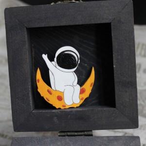 Фото Брошка Космонавт на луне из сыра