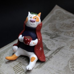 Фото Фигурка Котик в красном плаще с кружечкой