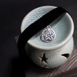 Фото Бархатка-чокер чёрная с подвеской в виде пентаграммы