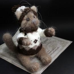 Фото Игрушка вязаная Кот Капучинка  бежево-коричневый кот в шарфе и шапке