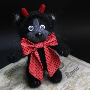 Фото Игрушка вязаная чёрный Котёнок-чертёнок