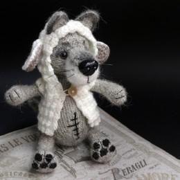 Фото Игрушка вязаная Волк в овечьей шкуре