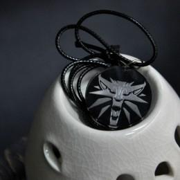 Кулон с гравировкой Школа Волка. Ведьмак (серый) картинка