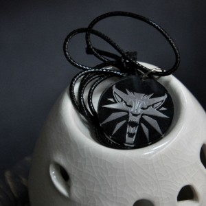 Фото Кулон с гравировкой Школа Волка. Ведьмак (серый)