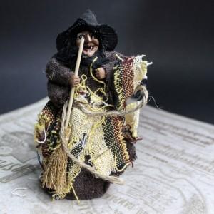 фото Ведьма с метлой