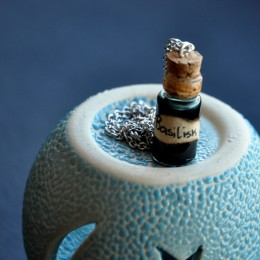 Фото Кулон-бутылочка Кровь василиска