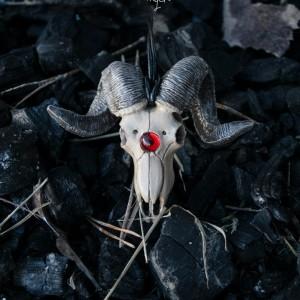 Фото Кулон Череп барана с красной вставкой