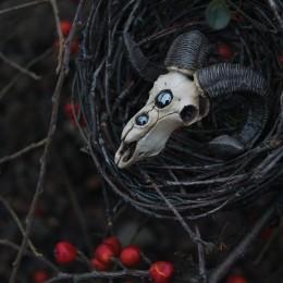 фото Кулон Череп барана с гематитом
