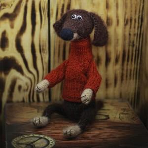 Фото Игрушка такса в красном свитере Лариса