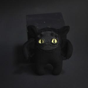 Фото Брелок чёрный монстрик с жёлтыми глазами Фрейя