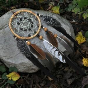 Фото Ловец снов с бусинами Заснувший в листьях
