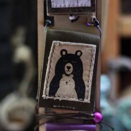 Фото Книга-кулон кожаная Мама и медвежонок