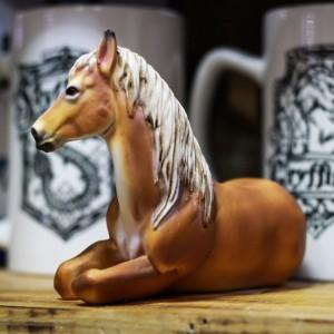 Фото Рыжая лошадь настольная скульптура