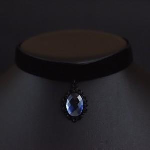 Фото Бархотка с синей подвеской в чёрной оправе