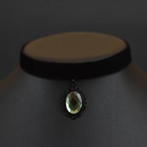 Фото Бархотка с зелёной подвеской в чёрной основе
