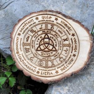 Фото Колесо Года - языческий календарь на спиле дерева