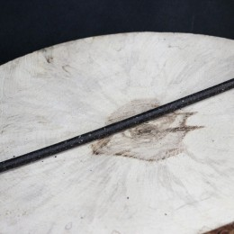 Фото Тонкая свеча восковая, очищающая чёрная с полынью
