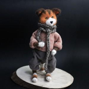 Фото Кот в шарфе и штанах по имени Мавруша